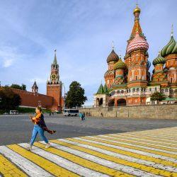 Una mujer camina por un paso de peatones cerca de la Catedral de San Basilio en el centro de Moscú. | Foto:Yuri Kadobnov / AFP