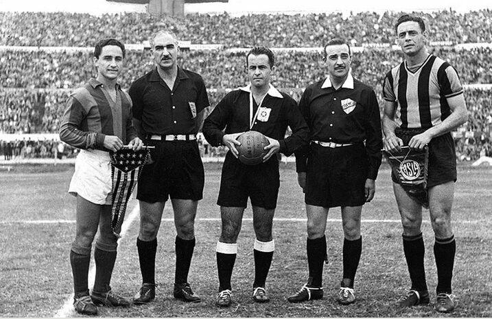 Gran capitán. Juan Eduardo Hohberg completa la hilera que integran José Sanfilippo y los árbitros de la semifinal de la Copa Libertadores del '60 entre San Lorenzo y Peñarol.