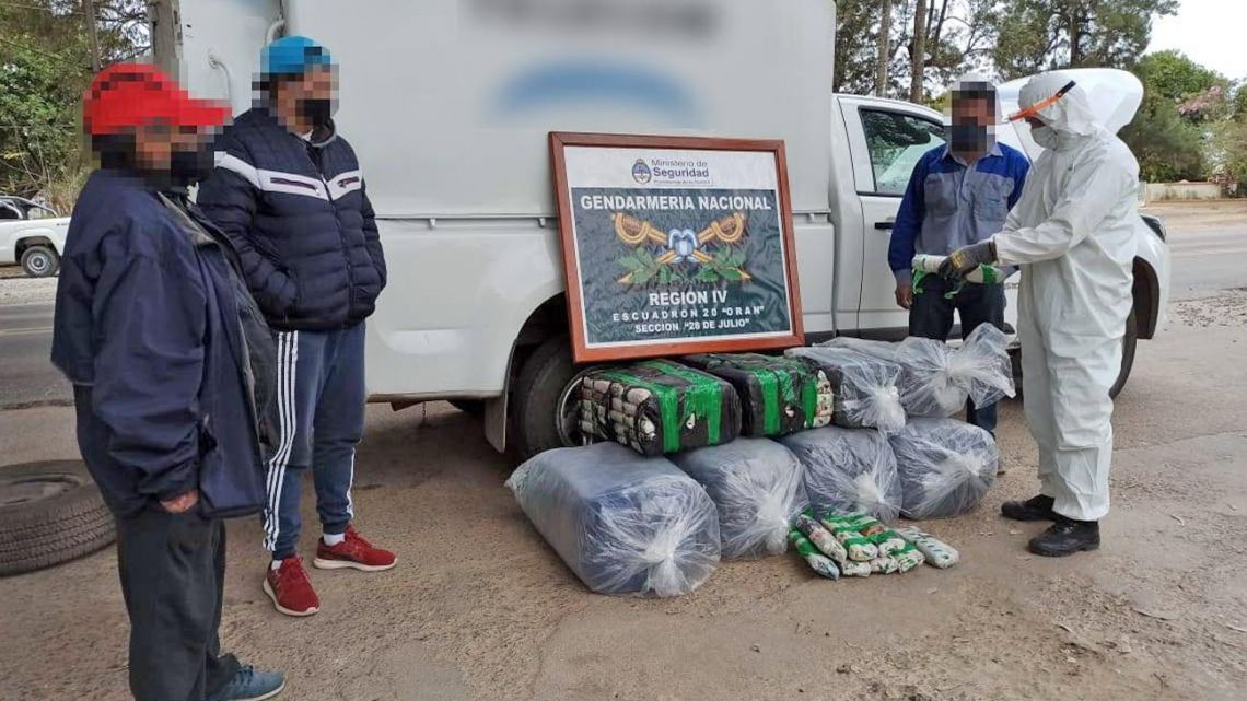 Two individuals are stopped by Border Guard officers, attempting to smuggle bags of coca leaves.