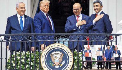 Washington. Las sonrisas del premier israelí, el presidente norteamericano, y los cancilleres de Bahrein y Emiratos Arabes Unidos (EAU) tras la firma de los acuerdos.