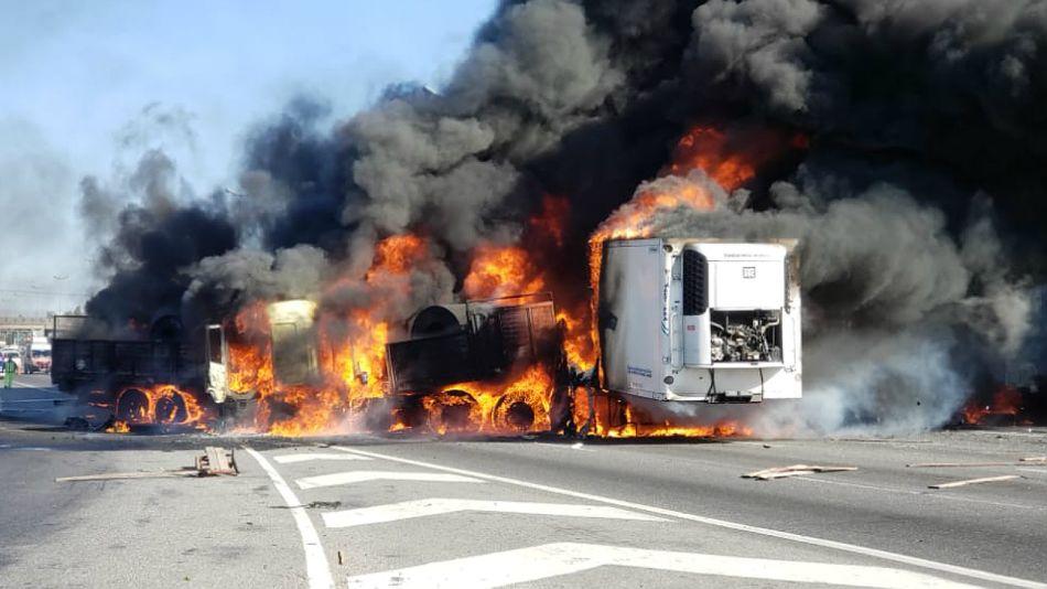 Uno de los camiones incendiados en Panamericana.