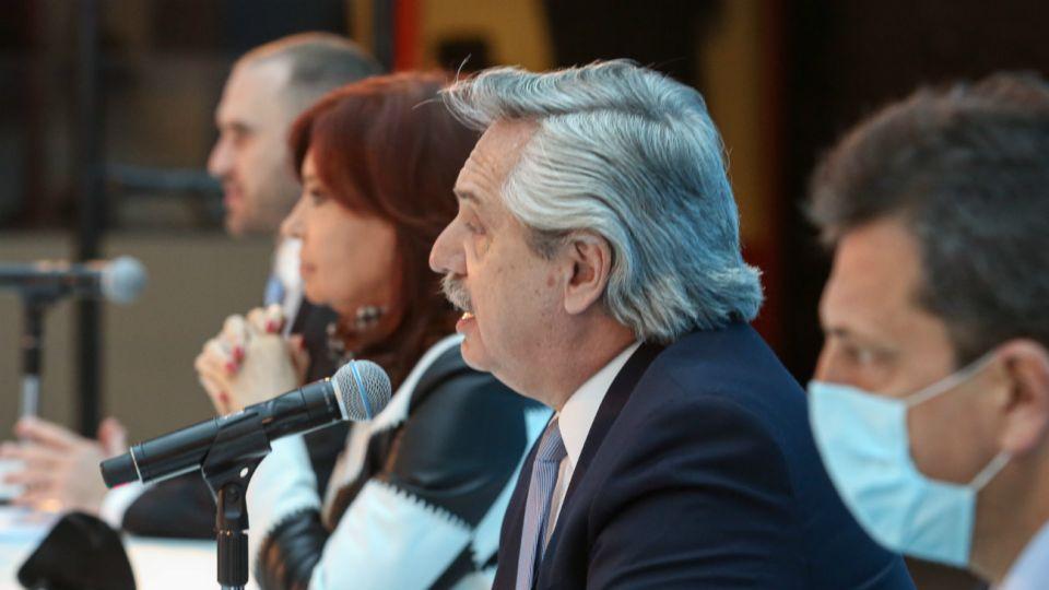 El presidente Alberto Fernández, en un acto junto a Cristina Kirchner, Martín Guzmán y Sergio Massa.