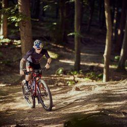 Con el paso de su mountainbike, el ciclista Simon Andreassen le da una apariencia única al bosque danés de Rude Skov.