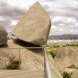 En mayo de 2017 se inauguró una réplica de la Piedra Movediza.