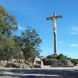 El ascenso por el camino del Vía Crucis nos permite adentrarnos en un paisaje de grandes eucaliptos, pinos y olivos.