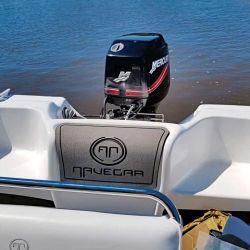 Detalle de los asientos de popa y logo de la marca en goma.