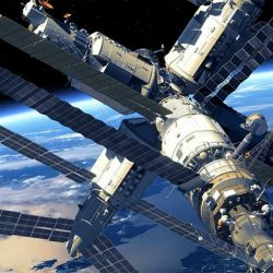 La Estación Espacial Internacional se mueve a una velocidad de 27.500 km/h.