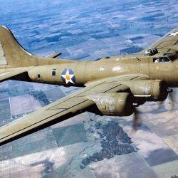El B-17 Flying Fortress fue un bombardero pesado que prestó servicio en el Cuerpo Aéreo del Ejército de los Estados Unidos y la Real Fuerza Aérea británica.