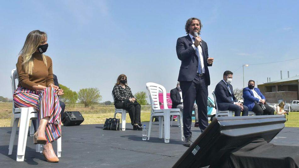 Santiago Cafiero, junto a Malena Galmarini y otros funcionarios.