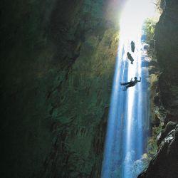 El sol penetra por el ingreso a la gran caverna, indicando un  camino de luz en el descenso de los aventureros hacia las profundidades del abismo Anhumas.