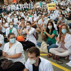 Médicos Residentes protestan por sus condiciones laborales frente a la Consejería de Salud en el primer día de una huelga convocada por el colectivo en Barcelona, en medio de una oleada de coronavirus en el país.   Foto:Josep Lago / AFP