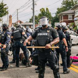 Los agentes de policía realizan arrestos durante las protestas en Louisville, Kentucky. Los manifestantes marcharon en las calles después de que un Gran Jurado de Kentucky acusó a uno de los tres oficiales involucrados en el asesinato de Breonna Taylor por ponerlo en peligro sin sentido.   Foto:Brandon Bell / Getty Images / AFP