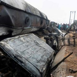 Una vista general de los restos de un camión que se incendió en Lokoja, Nigeria.   Foto:Haruna Yahaya / AFP
