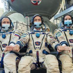 Miembros de la expedición 64 de la Estación Espacial Internacional (ISS), la astronauta de la NASA Kate Rubins y los cosmonautas rusos Sergey Ryzhikov y Sergey Kud-Sverchkov, posan durante su examen final en el Centro de Entrenamiento de Cosmonautas Gagarin en Star City en las afueras de Moscú.   Foto:AFP