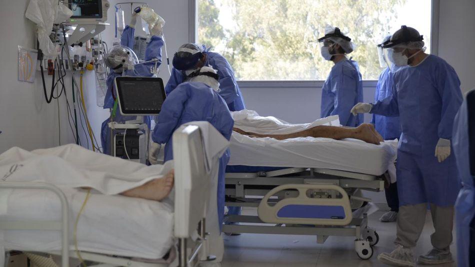 Sala Covid-19 UTI del Hospital Posadas: Los profesionales trabajan en grupo.