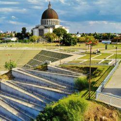 Está ubicada a la vera del río Rio Paraná, en el centro del país, a solo 70 km. de Rosario y 230 km. de la Ciudad de Buenos Aires