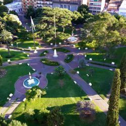 Entre sus atractivos, la ciudad cuenta con numerosas plazas, espacios verdes y una reserva natural.