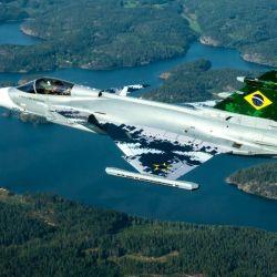 Es el primero de los 36 cazas de combate Gripen que Brasil le compró al fabricante sueco SAAB.