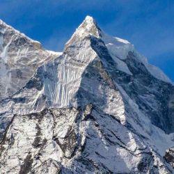 Se encuentra en Nepal y es la décima más alta del mundo, con una altitud de 8.091 m, aunque es donde más muertes de escaladores se han registrado.