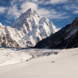 Incluso las rutas más fáciles requieren cruzar glaciares, subir por paredes rocosas empinadas y atravesar improvisar de pilares de hielo (seracs).