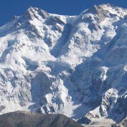 El recorrido de la primera ascensión bordea una cresta angosta hacia la cumbre.