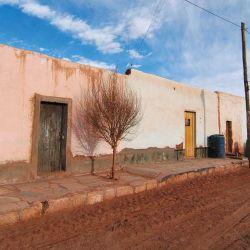 Muchas casas todavía son de adobe y algunas están abandonadas.
