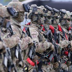 Soldados del Ejército Especial de Corea del Sur realizando un ejercicio militar durante un ensayo de la ceremonia del 72o Día de las Fuerzas Armadas en la sede del Comando de Guerra Especial en Icheon. | Foto:Handout / Ministerio de Defensa de Corea del Sur / AFP
