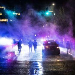 La policía de Portland dispersa a una multitud en Portland, Estados Unidos. | Foto:Nathan Howard / Getty Images / AFP