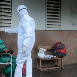 Un trabajador de la salud toma un hisopado de garganta durante una prueba de detección del coronavirus Covid-19 en Mumbai. | Foto:Indranil Mukherjee / AFP