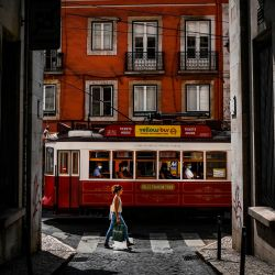 Un tranvía pasa por el barrio de Bairro Alto en Lisboa. | Foto:PATRICIA DE MELO MOREIRA / AFP
