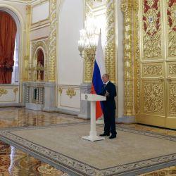 El presidente ruso Vladimir Putin se dirige a los miembros del Consejo de la Federación en el Kremlin de Moscú. | Foto:METZEL / SPUTNIK / AFP