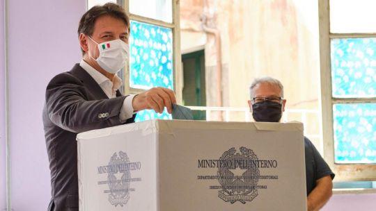 Conte al votar en el referéndum