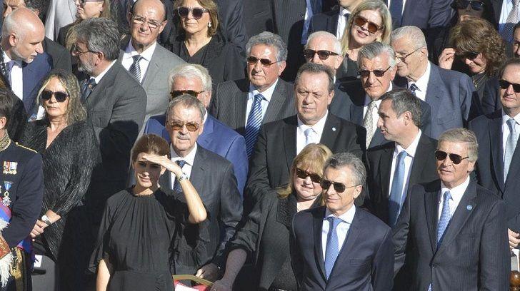 EN EL CENTRO. En 2016 en el Vaticano durante la canonización del Cura Brochero, Santos entre Schiaretti, De la Sota, Mestre y Macri.