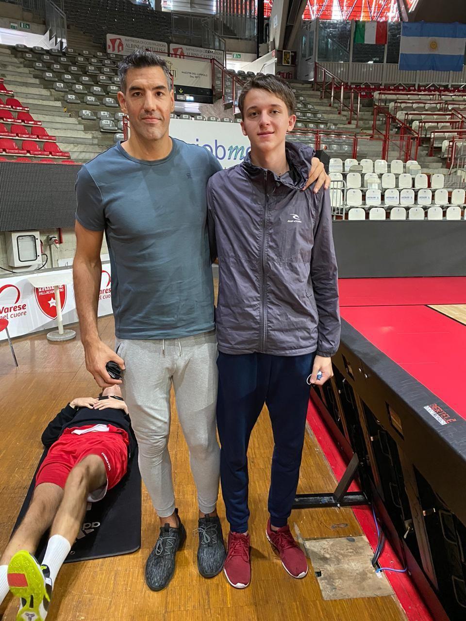 """Encuentro cercano. En su primera visita al Varese, """"Jero"""" conoció a Luis Scola, el capitán del seleccionado argentino."""