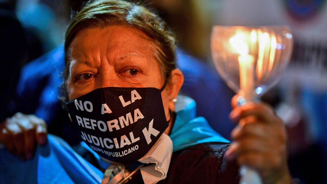 A woman protesting against the judicial reform.