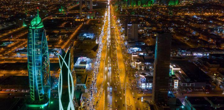 Arabia Saudita, Riad: los edificios emblemáticos de Riad se ven iluminados con el color verde de la bandera nacional de Arabia Saudita durante las celebraciones del Día Nacional de Arabia Saudita.