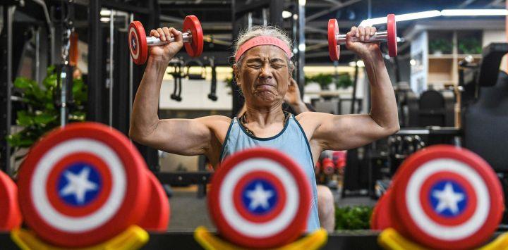 Esta foto muestra a Chen Jifang, de 68 años, haciendo ejercicio en un gimnasio en Shanghai. - La abuela de Shanghai se ha convertido en una celebridad menor en los últimos meses en China, ya que su nuevo e improbable amor por hacer ejercicio llegó a los titulares nacionales.