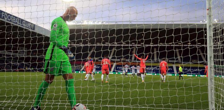 El portero argentino del Chelsea, Willy Caballero, reacciona después de conceder su tercer gol durante el partido de fútbol de la Premier League inglesa entre West Bromwich Albion y Chelsea en el estadio The Hawthorns en West Bromwich, en el centro de Inglaterra.