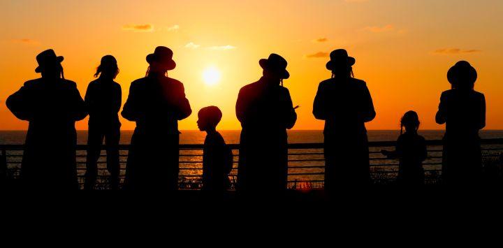 Hombres judíos ultraortodoxos realizan el ritual
