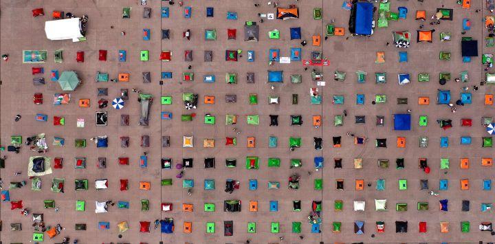 Vista aérea que muestra las carpas montadas por miembros del Frente Nacional Anti-AMLO protesta contra el presidente mexicano Andrés Manuel López Obrador en la Plaza Zócalo, en la Ciudad de México, en medio de la novela COVID-19. pandemia de coronavirus.