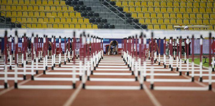 Los atletas se preparan para el inicio de los 110 metros con vallas masculinas durante la competencia de la Liga Diamante de la IAAF en el Estadio Suheim Bin Hamad en la capital de Qatar, Doha.