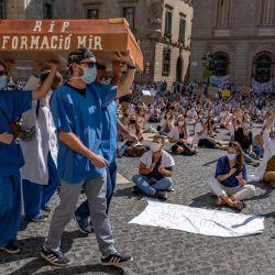 España, Barcelona: los médicos residentes participan en una protesta por las precarias condiciones durante su formación de posgrado debido a los bajos salarios, el elevado número de horas de trabajo y la falta de seguimiento. | Foto:Paco Freire / DPA
