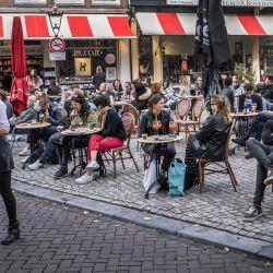 Los clientes se sientan en una terraza en el Spui en Ámsterdam mientras la Región de Seguridad Ámsterdam-Amstelland prepara nuevas y más estrictas medidas para romper la segunda ola de contaminación de COVID-19 causada por el nuevo coronavirus. | Foto:Ramon van Flymen / ANP / AFP