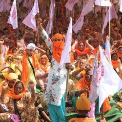 Los agricultores gritan consignas mientras bloquean las vías del tren durante una protesta contra el gobierno del primer ministro indio Narendra Modi tras la reciente aprobación de nuevos proyectos de ley agrícolas en el parlamento, en las afueras de Amritsar. | Foto:NARINDER NANU / AFP