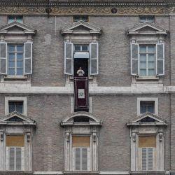 El Papa Francisco se dirige a los fieles desde la ventana del palacio apostólico durante la oración semanal del Ángelus en la Plaza de San Pedro en el Vaticano. | Foto:Tiziana Fabi / AFP