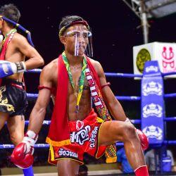 Esta foto muestra a los luchadores de Muay Thai, con protectores faciales como medida preventiva contra la propagación del nuevo coronavirus COVID-19, realizando un baile tradicional antes de su partido en el distrito de Rueso en la provincia sureña de Narathiwat en Tailandia. | Foto:Madaree Tohlala / AFP