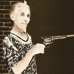 """La viuda del sheriff Pat Garret, con el Colt Modelo 1873 calibre .45, con el que su marido matara a  Billy """"The Kid""""."""
