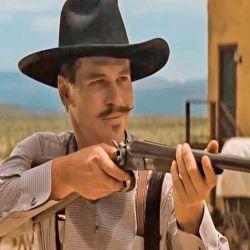 Val Kilmer interpreta a Doc Hollyday en el tiroteo de OK Corral. Y como sucedió en realidad, lleva una escopeta.