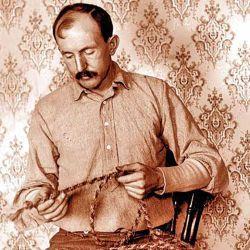El auténtico Tom Horn espera su ejecución. A su pedido, se le permitió trenzar la soga con la  que fue colgado.