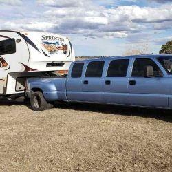 La pick-up se basa en una Chevrolet Silverado que fue modificada para tener dimensiones similares a las de una limusina.